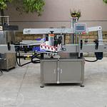 Máquina etiquetadora de plano adhesivo