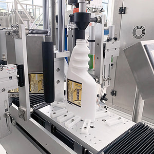 máquina etiquetadora en la superficie superior